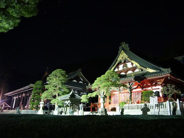 身延山久遠寺の夜の境内