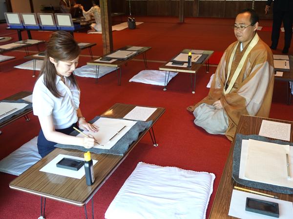 三井寺での写経